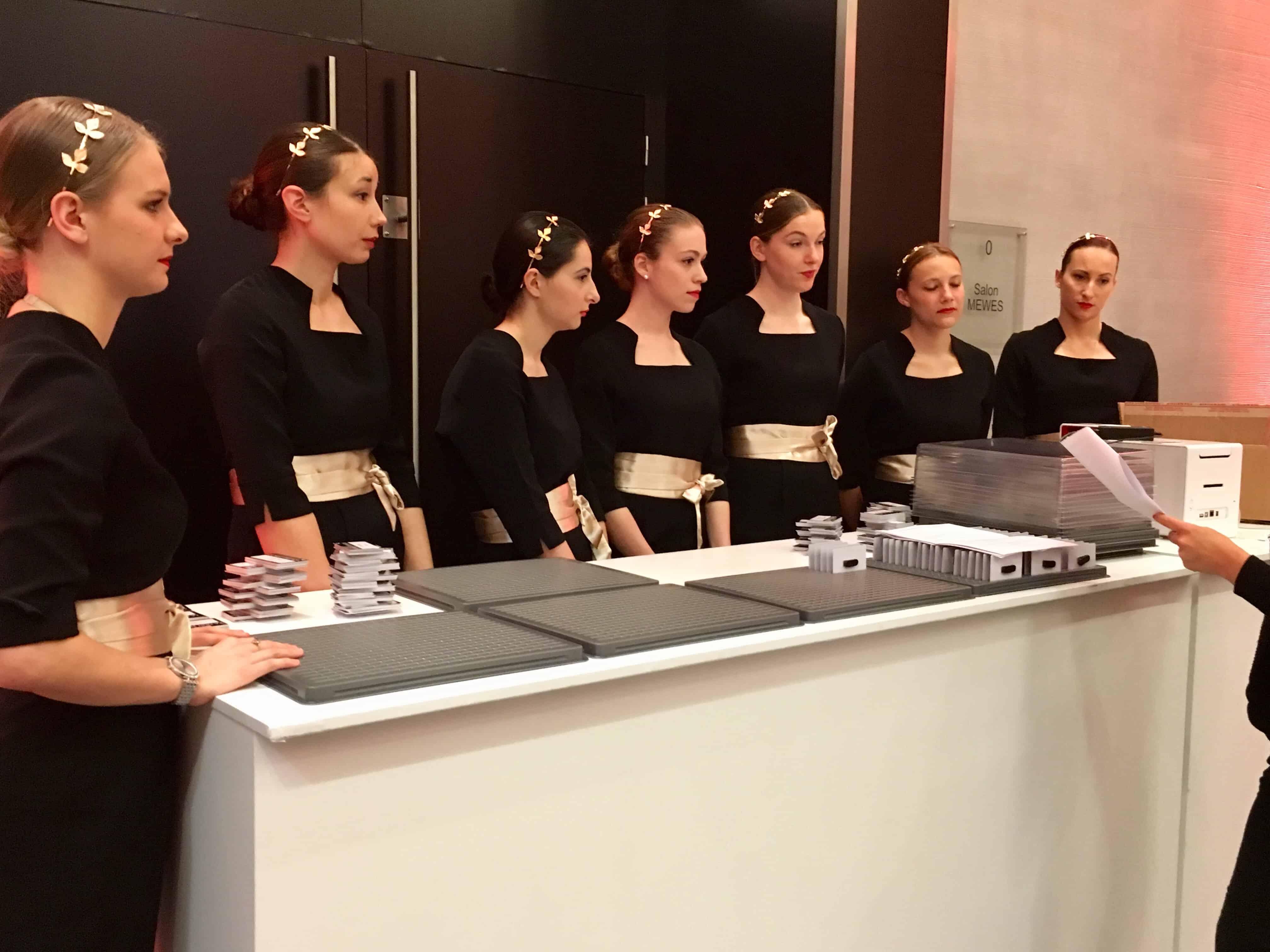 Agence hotesse paris agence elegance h tesses paris for Hotesse pour salon